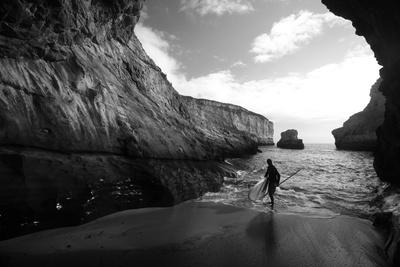 A Stand Up Paddleboarder on the Rough Coastline North of Santa Cruz Fotografisk tryk af Ben Horton