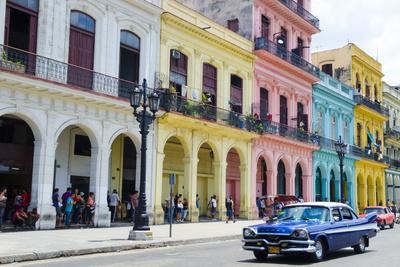 Pastel Buildings Near City Center, Havana, Cuba Fotografisk tryk af Bill Bachmann