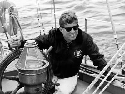 Vintage Photo of President John F. Kennedy Sailing Aboard His Yacht Lámina fotográfica