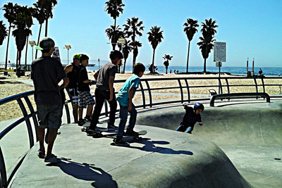Boys at Skate Park Lámina fotográfica por Steve Ash