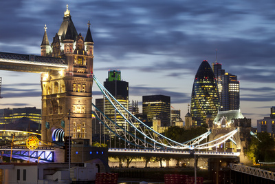 Tower Bridge and the City of London at Night, London, England, United Kingdom, Europe Fotografisk tryk af Miles Ertman