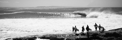 Silhouette of Surfers Standing on the Beach, Australia Fotografisk tryk