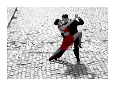 Couple dancing Tango on cobblestone road Kunstdrucke