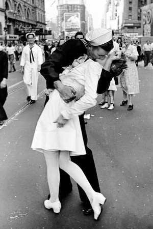 Kissing on VJ Day Prints by Alfred Eisenstaedt