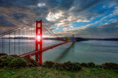 Sun through Golden Gate Fotografie-Druck von Michael Lawenko Dela Paz