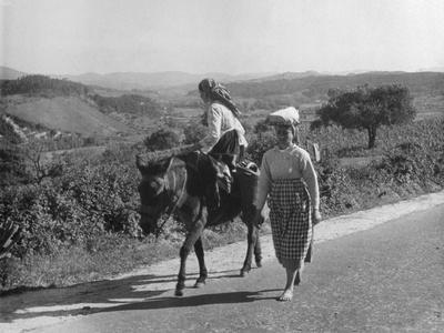 Portuguese Peasants Photographic Print