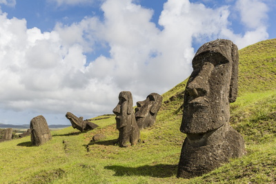 Moai Sculptures in Various Stages of Completion at Rano Raraku Fotografisk tryk af Michael Nolan