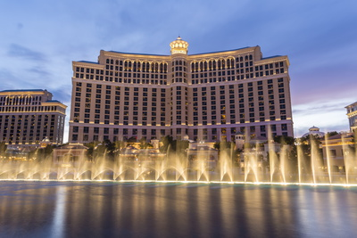 Bellagio Hotel in Las Vegas singing music fountains las vegas hotel attraction