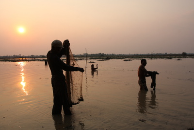 Fishermen of Tonle Sap (Cambodia) Photographic Print by Aymeric Bellamy Brown