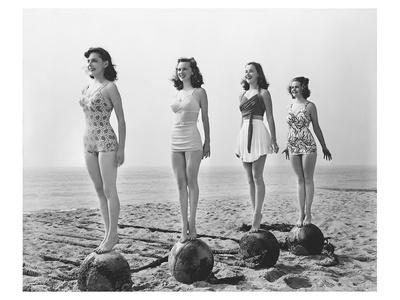 4 Girls Standing Tall Póster
