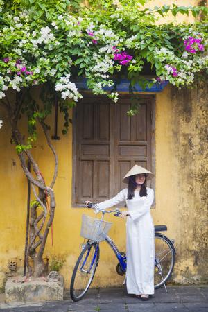 Woman Wearing Ao Dai Dress with Bicycle, Hoi An, Quang Ham, Vietnam Lámina fotográfica por Ian Trower