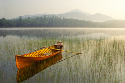 An Adirondack Guide Boat in a Calm Lake with Whiteface Mountain in the Background Fotografisk tryk af Michael Forsberg