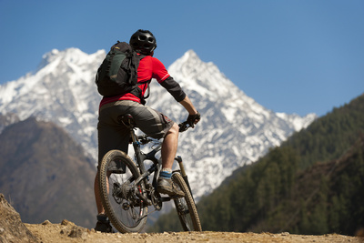 A Mountain Biker in the Tsum Valley Looks at Ganesh Himal Mountains Fotografisk tryk af Alex Treadway