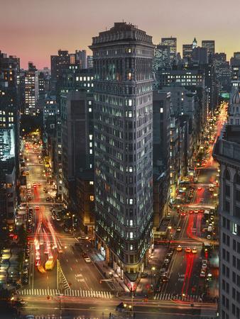 Flat Iron Building With Broadway and Fifth Avenue Dusk - New York City Landmarks Aerial View Kunst op metaal van Henri Silberman