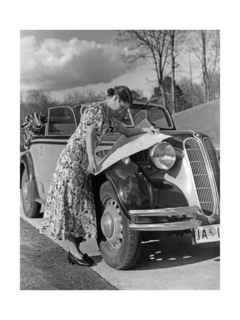 Eine Frau entfaltet eine Straßenkarte auf der Motorhaube eines BMW 329, 1938 Photographic Print by S...