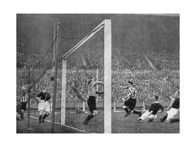 Jack Allen Heads Newcastle's First Goal, Fa Cup Final, Wembley, London, 1932 Giclee Print