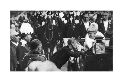 Edward VIII Greeting Queen Mary at Windsor, 1936 Giclee Print