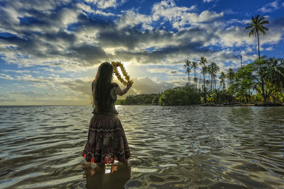 A Hula Dancer in Low Tide Water in Front of Kapuaiwa Palm Grove, Molokai Island Fotografisk tryk af Richard Cooke