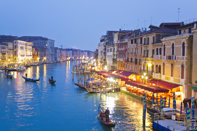 Outdoor Cafes and Gondolas Line Venice's Grand Canal Reflecting City Lights at Dusk 写真プリント : マイク・タイス