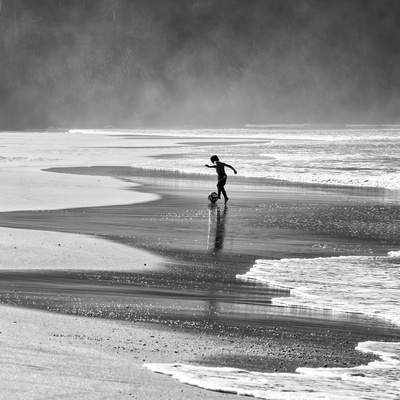 A Young Boy Kicks a Ball on Itamambuca Beach in Ubatuba, Brazil Fotografisk tryk af Alex Saberi