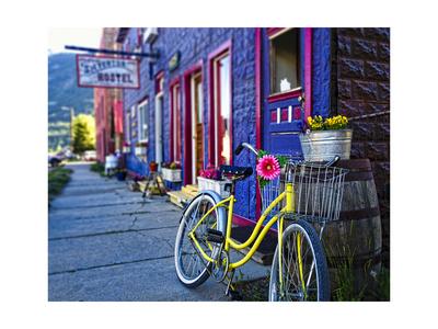 Yellow Bicycle in Silverton Lámina fotográfica por George Oze