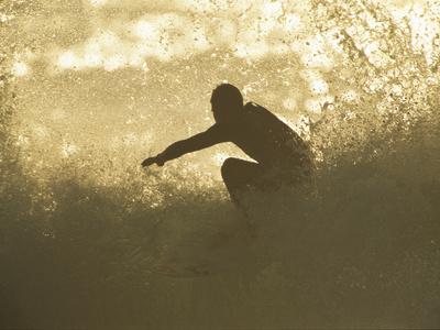 A Surfer Surrounded by the Spray of a Breaking Wave Kunst på metal af Tim Laman