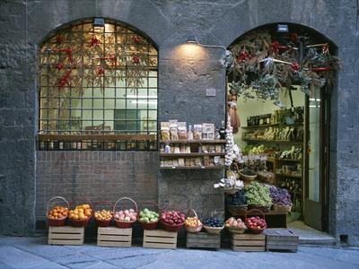 A Fruit and Vegetable Shop in Siena Kunst på metal af Taylor S. Kennedy