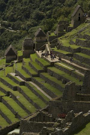 Tourists Explore the Terraced Pre-Columbian Inca Ruins of Machu Picchu Fotoprint av Jim Richardson
