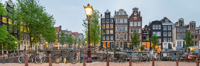 Bikes and Houses Along Canal at Dusk at Intersection of Herengracht and Brouwersgracht Fotografisk tryk af Panoramic Images