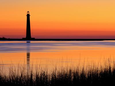 Silhouetted Morris Island Lighthouse at Sunrise Kunst på metal af Robbie George