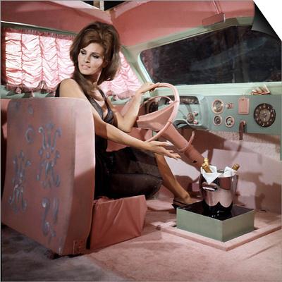 Shoot Loud, Louder... I Don't Understand De Eduardo D Filippo Avec Raquel Welch, 1966 Print