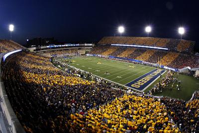 West Virginia: Fans Stripe Milan Puskar Stadium Fotoprint av Justin K. Aller