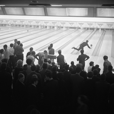 Steelworks Social Evening at a Bowling Alley, Sheffield, South Yorkshire, 1964 Fotografisk tryk af Michael Walters