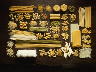 Many Different Types of Pasta on Dark Wooden Background Fotografisk tryk af Walter Cimbal