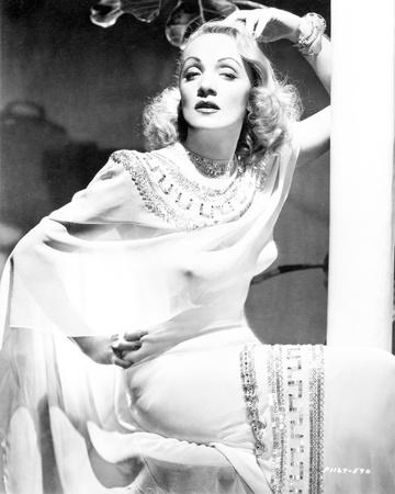 Marlene Dietrich Posed in White Dress with Bracelet Foto von  Movie Star News