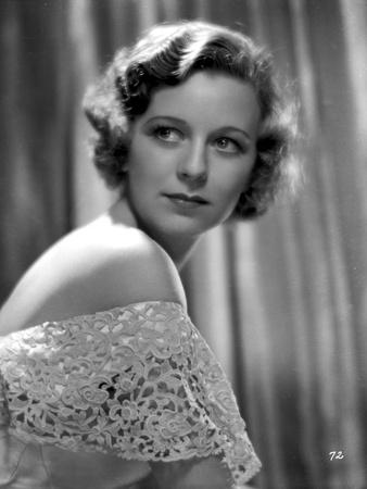 Margaret Sullivan Looking Away in White Dress with Dark lipstick Foto af  Movie Star News