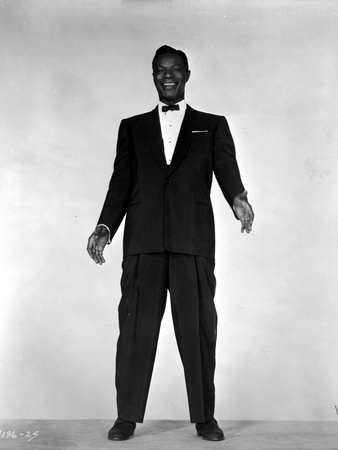Nat Cole standing in Black Suit With White Background Foto af  Movie Star News