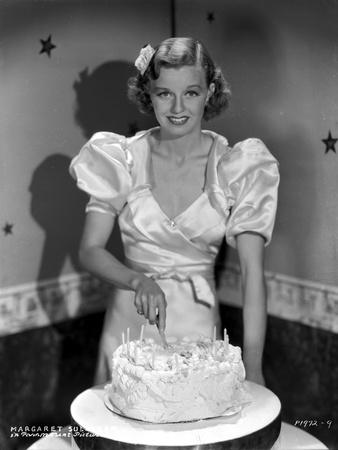Margaret Sullivan smiling in White Blouse while Slicing Cake Foto af  Movie Star News