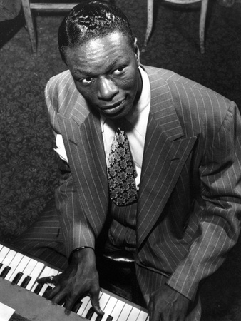 Nat Cole Playing Piano in Black Stripe Suit Foto af  Movie Star News