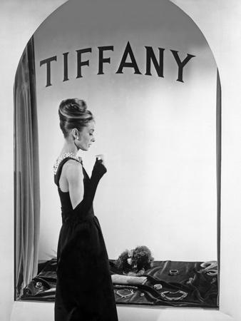 Audrey Hepburn Publicity Still in Front of Tiffany's Window Foto av  Movie Star News