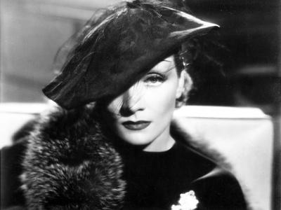 Marlene Dietrich Posed in Black Dress with Fur Shawl and Hat Foto von  Movie Star News