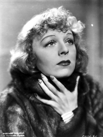 Margaret Sullivan Looking Up in Black Fur Coat Portrait Foto af  Movie Star News