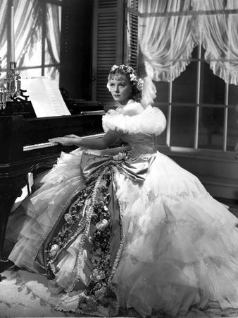 Margaret Sullivan Dancing in White Gown with Stick Foto af  Movie Star News