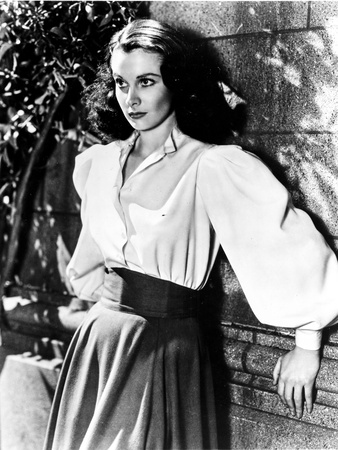 Vivien Leigh Leaning on Wall Photo by  Movie Star News