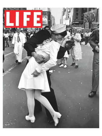 LIFE VJ Day Soldier Kissing girl Láminas por  Anonymous