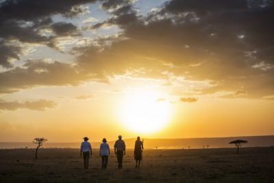 Kenya, Mara North Conservancy. a Couple on an Evening Walking Safari with their Guide and Maasai. Fotografie-Druck von Niels Van Gijn