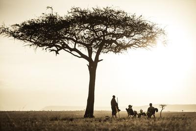 Kenya, Mara North Conservancy. a Couple Enjoy a Sundowner Fotografie-Druck von Niels Van Gijn