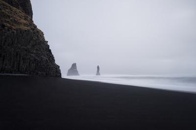 Reynisdrangar Spires Rise from the Ocean Fotografisk tryk af Chad Copeland