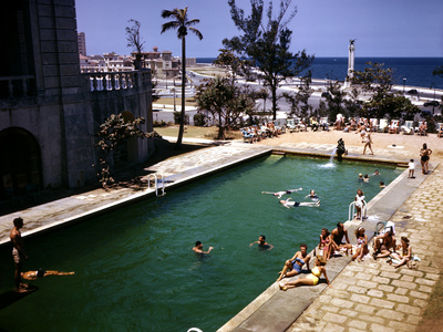 December 1946: Guests Swimming at the Pool at the Hotel Nacional in Havana, Cuba Photographic Print by Eliot Elisofon