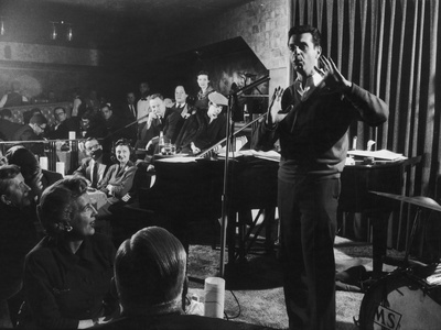 Comedian Mort Sahl Entertaining at a Night-Club Called 'Mister Kelly'S', Chicago, Illinois, 1957 Fotografie-Druck von Grey Villet
